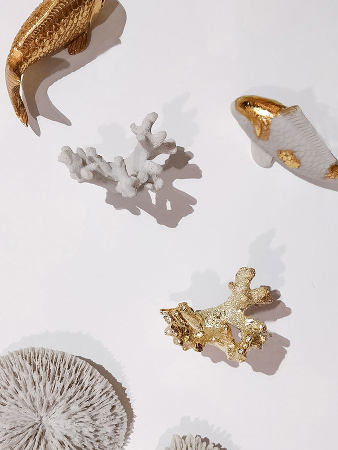 Coastal objects in gold and white finish